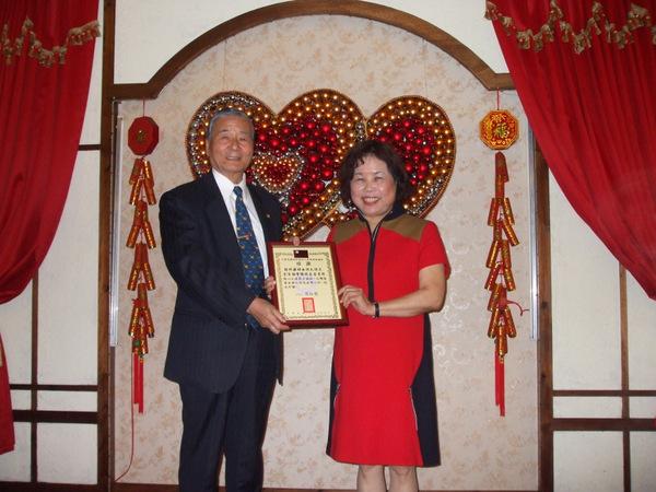 理事長頒贈感謝狀給新竹縣婦女防火防災宣導協會