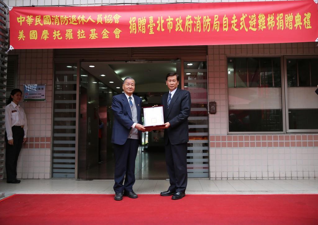 廖茂為局長頒發感謝狀給陳弘毅理事長