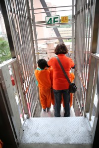 老師及學生乘坐自走梯逃生演練