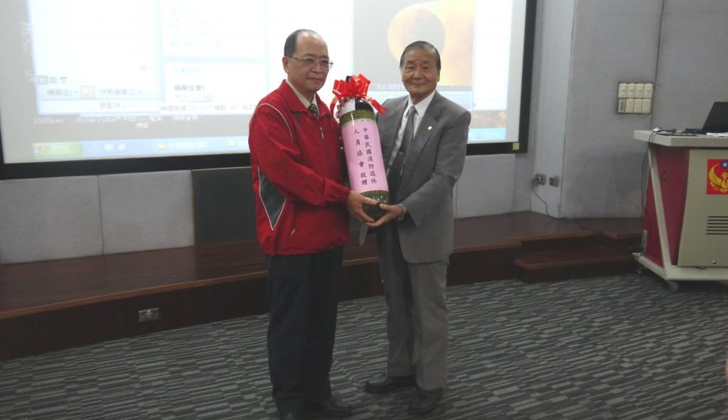 3理事長陳弘毅捐贈空氣瓶給北市消防局