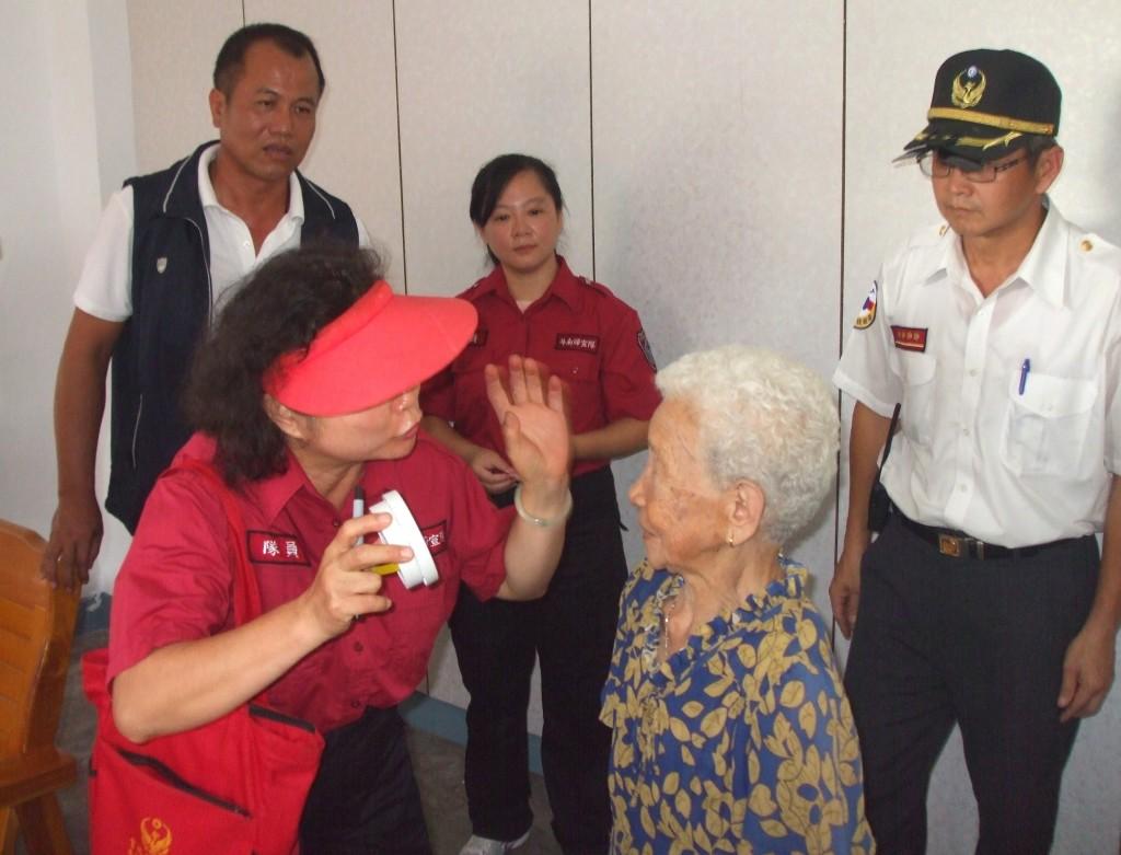 6月20日雲林縣消防局婦女防火宣導隊,同時對住戶實施防火宣導1