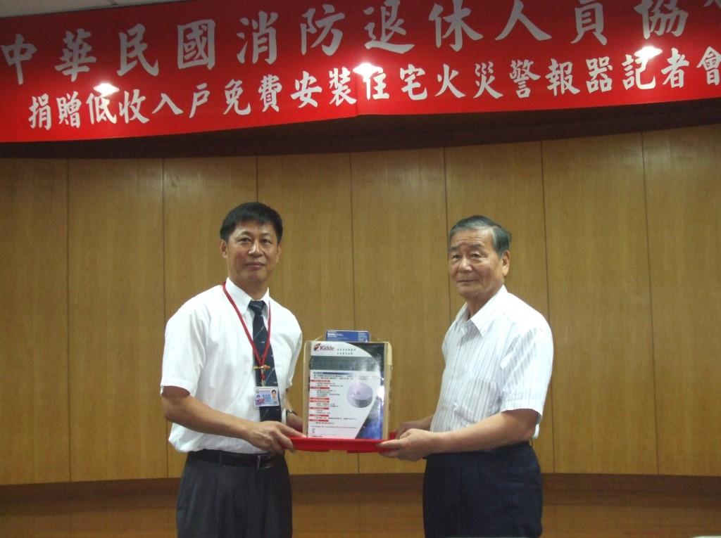 6月3日捐贈南投縣住警器活動,消防局副局長陳興傑受贈2