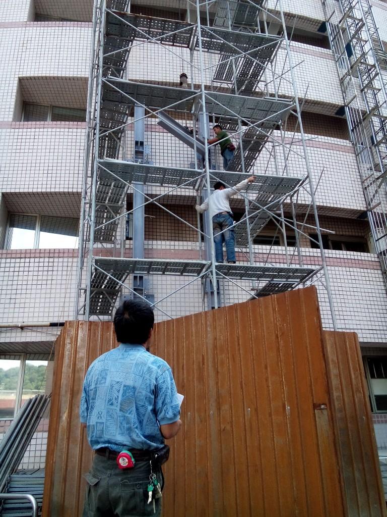 8.吊車吊鋼骨讓工人固定