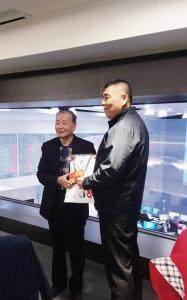 1.榮譽總會長陳弘毅(左)致贈 紀念品予局長黃德清(右)