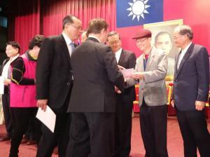 副理事長唐雲明(右2)接受當選證書