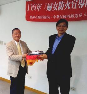 2.理事長陳弘毅捐贈婦宣訪視袋等給臺南市消防局