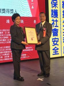 2.監察院長張博雅頒贈獎座、獎品、證書給前署長陳弘毅