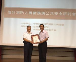 4.局長管建興頒發感謝獎牌給協會總會